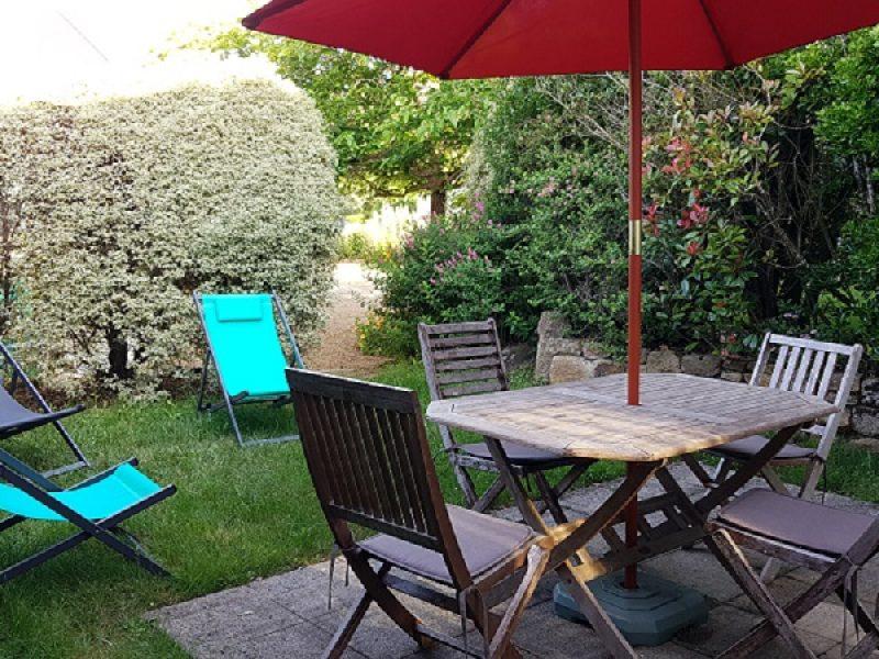 jardin privatif avec table jardin et transats